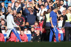 Staf pelatih Chelsea merayakan kegembiraan di depan Muorinho